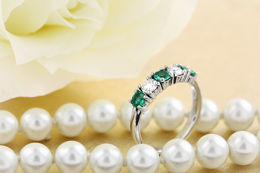 RDM110W - 18kt Weissgold 5 Steine Eternity-Ring mit Smaragden und Diamanten in Krappenfassung-img1