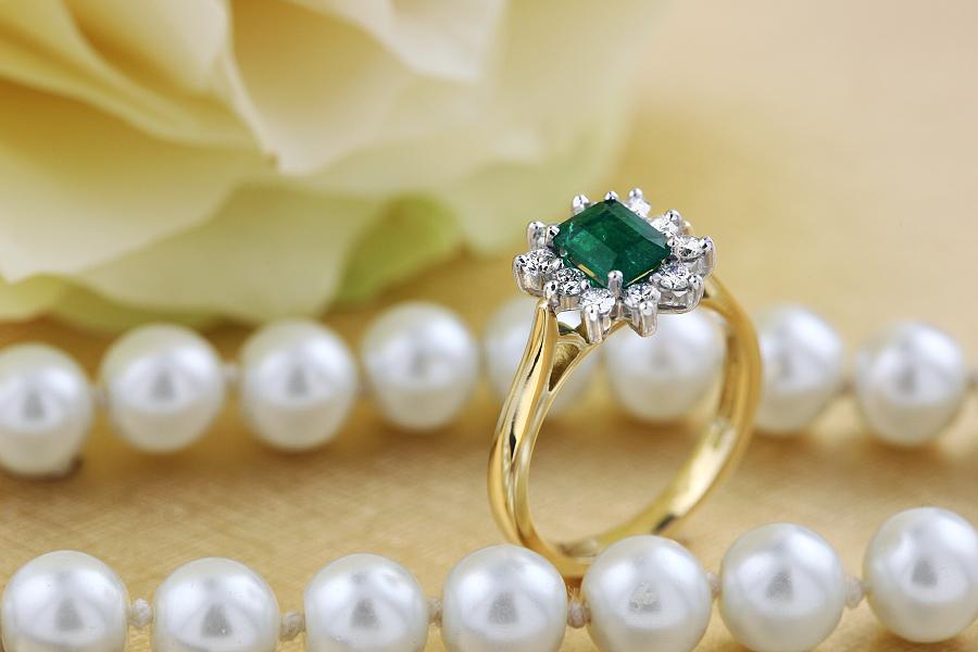 Inel cu Smarald si Diamant Dama Aur Galben si Aur Alb 18kt cu un Smarald Forma Smarald si Diamante Rotund Briliant in Jur in Setare Gheare-img1