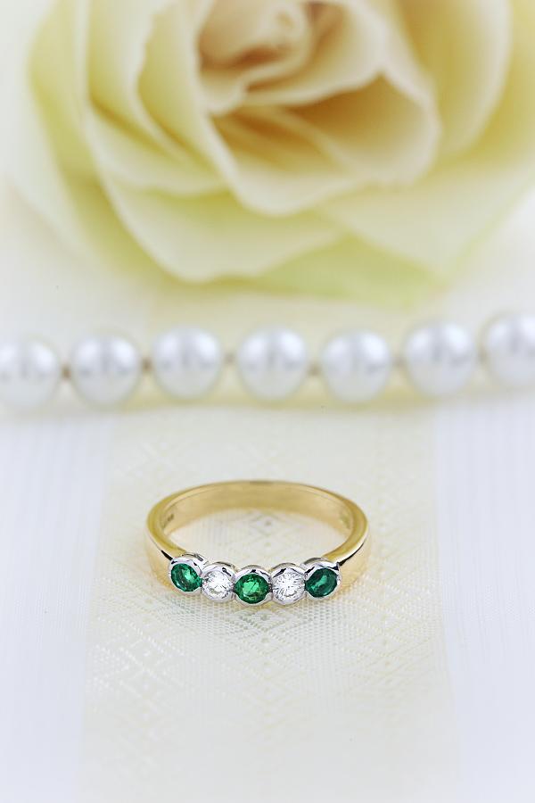 Smaragd und Diamant Ring für Dame in 18kt Gelbgold und Weißgold mit 5 Steinen in Zargenfassung-img1