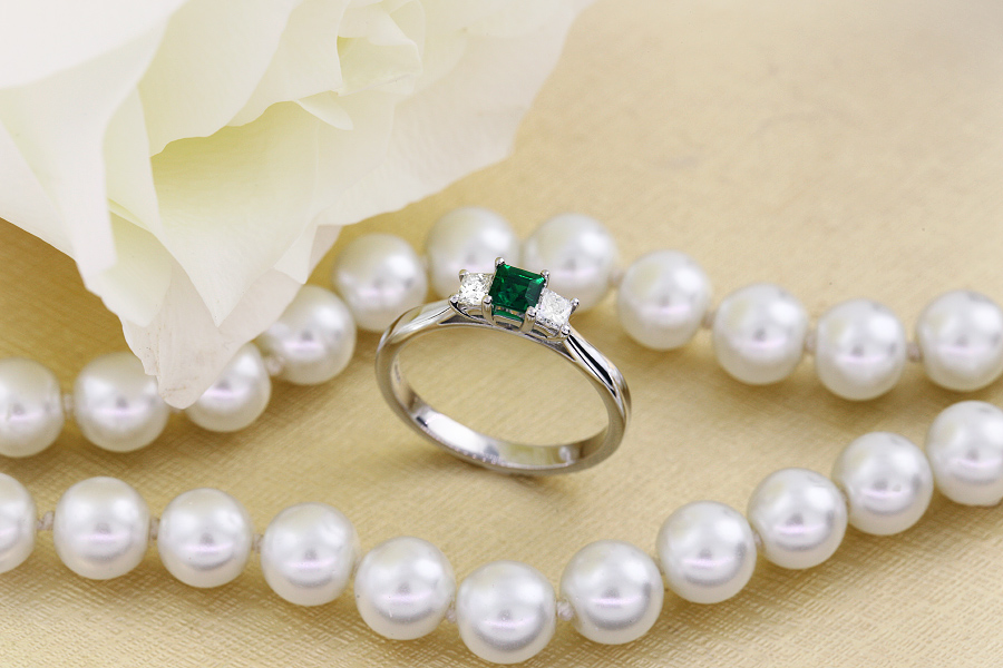 Smaragd und Diamant Ring für Dame in 18kt Weißgold mit einem Smaragd Schliff Smaragd und 2 runden Brillanten-img1