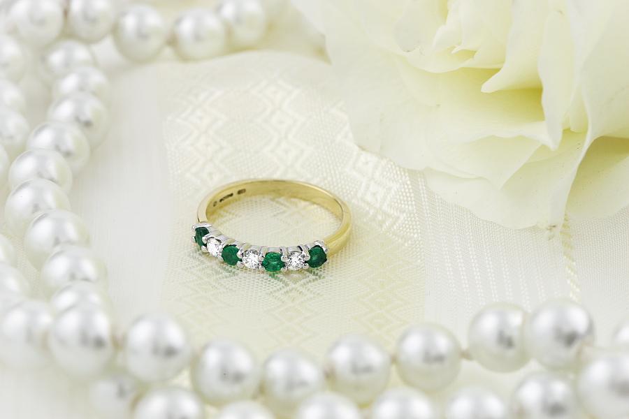 Smaragd und Diamant Ring für Dame in 18kt Gelbgold und Weißgold mit 7 Steinen in Krappenfassung-img1