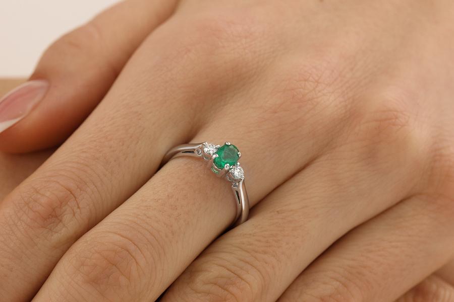 Inel cu Smarald si Diamant Dama Aur Alb 18kt cu un Smarald Oval si 2 Diamante Rotund Briliant in Setare Gheare-img1