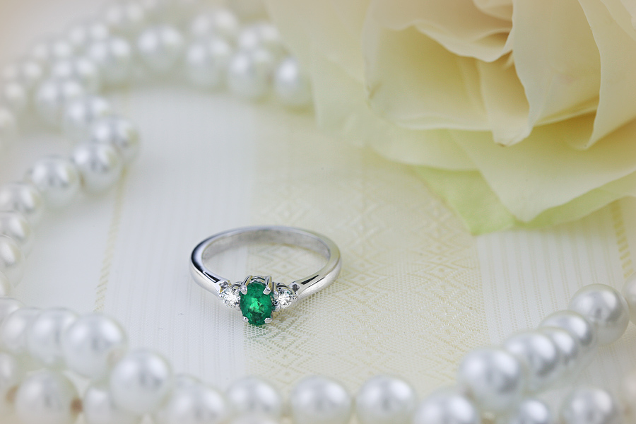 Smaragd und Diamant Ring für Dame in 18kt Weißgold mit 3 Steinen einem ovalen Smaragd und 2 runden Brillanten-img1
