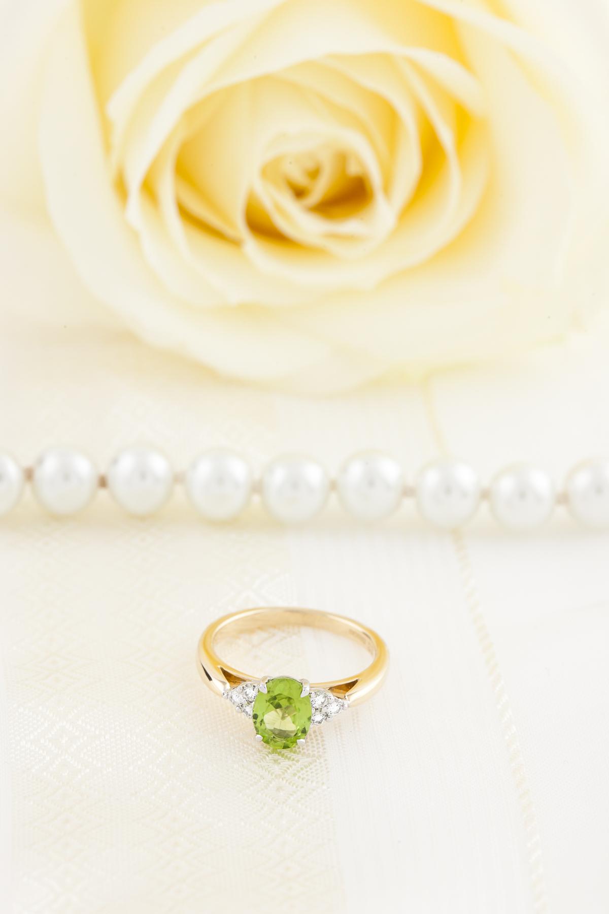 Inel Peridot si Diamant Dama Aur Alb 18kt cu Peridot Oval si 3 Diamante Rotund Briliant pe Fiecare Parte-img1