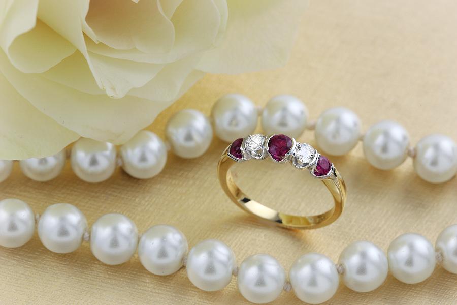 Rubin und Diamant Ring für Dame in 18kt Gelbgold und Weißgold mit 5 Steinen in Balkenfassung-img1