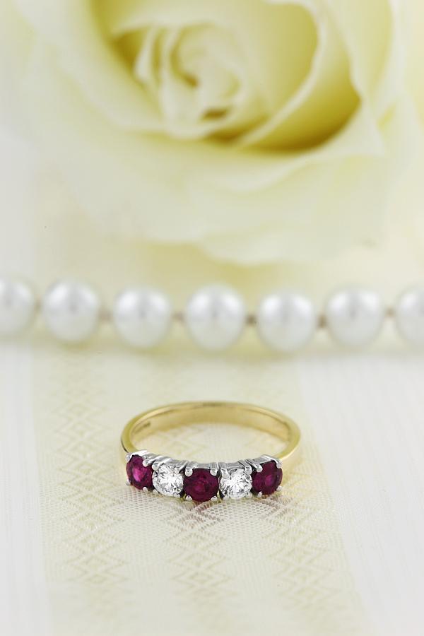 Rubin und Diamant Ring für Dame in 18kt Gelbgold und Weißgold mit runden Rubinen und Diamanten in Krappenfassung-img1