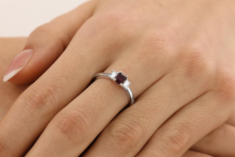 Inel cu Rubin si Diamant Dama Aur Alb 18kt cu 2 Diamante Forma Smarald si un Rubin Forma Smarald in Setare Gheare-img1