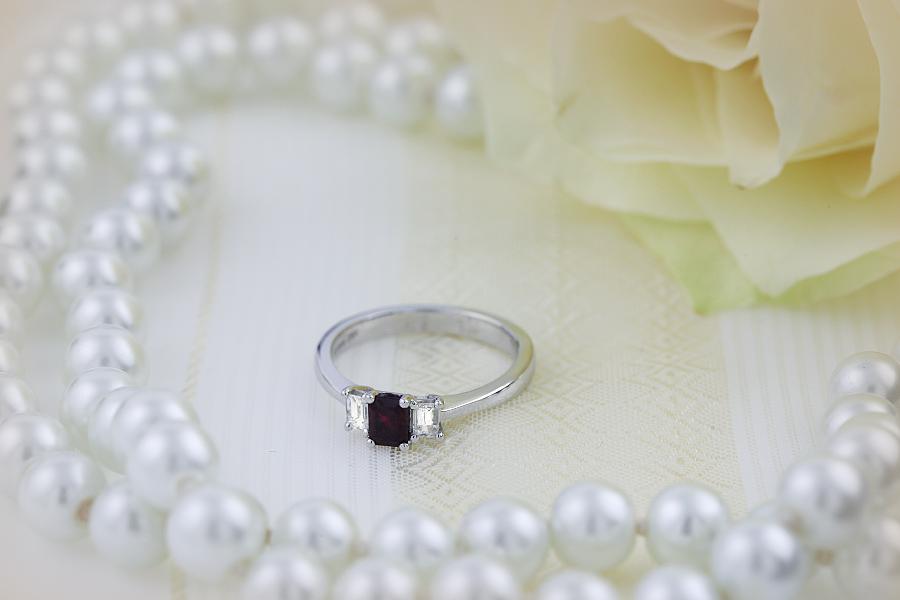 Rubin und Diamant Ring für Dame in 18kt Weißgold mit 2 Smaragd Schliff Diamanten und einem Smaragd Schliff Rubin in Krappenfassung-img1