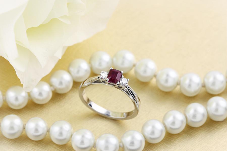 Inel cu Rubin si Diamant Dama Aur Alb 18kt cu un Rubin Forma Smarald si 2 Diamante Rotund Briliant-img1