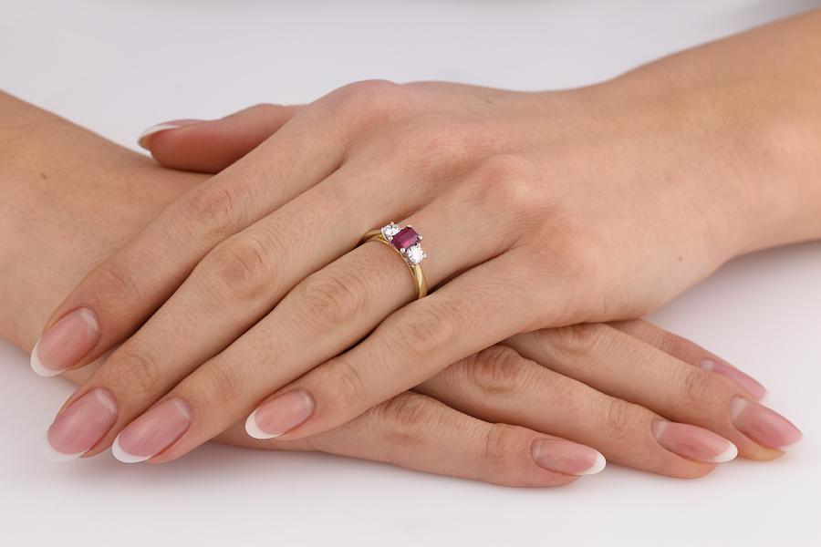 Rubin und Diamant Ring für Dame in 18kt Gelbgold und Weißgold mit einem Smaragd Schliff Rubin und 2 runden Brillanten-img1