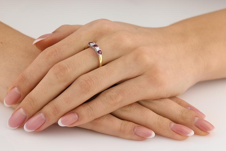 Rubin und Diamant Ring für Dame in 18kt Gelbgold und Weißgold mit 3 Rubinen und 2 Diamanten in Krappenfassung im Angebot-img1