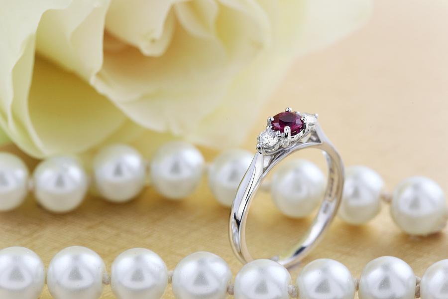 Rubin und Diamant Ring für Dame in 18kt Weißgold mit einem runden Rubin in der Mitte und Brillanten auf beiden Seiten-img1
