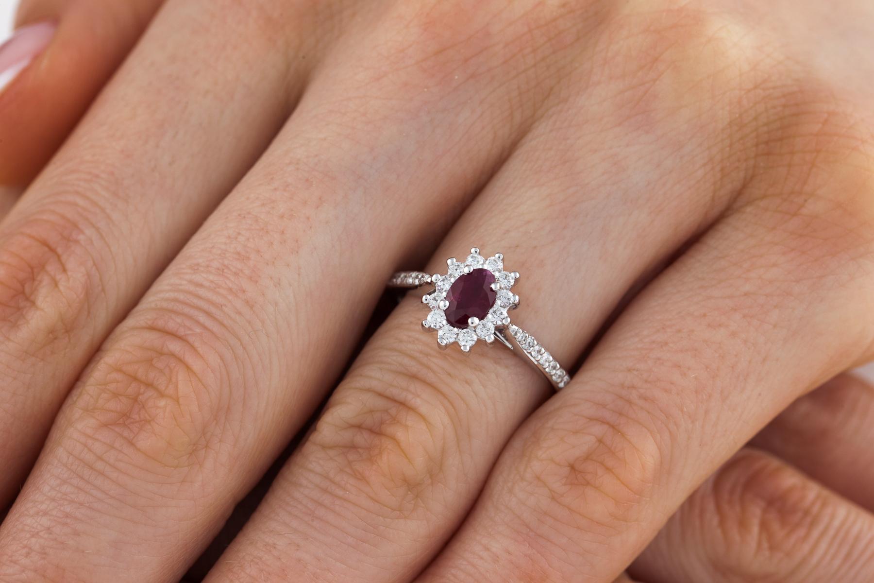 Inel cu Rubin si Diamant Dama Aur Alb 18kt cu un Rubin Oval si Diamante Rotunde in Jur si pe Lateral-img1