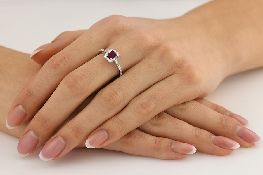 Inel cu Rubin si Diamant Dama Aur Alb 18kt cu un Rubin in Forma de Smarald in Centru si Diamante Rotund Briliant in Setare Gheare-img1