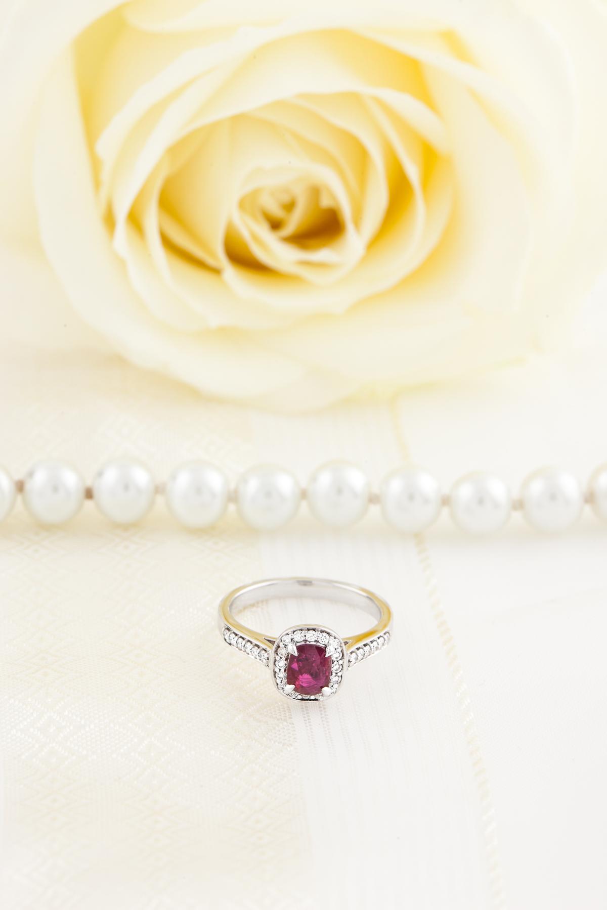 RDR743W-Inel cu Rubin si Diamant Dama Aur Alb 18kt cu un Rubin Cushion Cut si Diamante Rotund Briliant Imprejur si pe Margini-img1