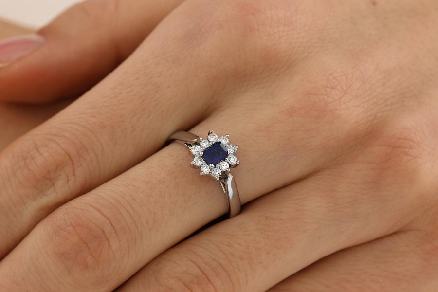 Saphir und Diamant Ring für Dame in 18kt Weißgold mit einem Smaragd-Schliff Saphir umgeben von runden Brillanten alle in Krappenfassung-img1