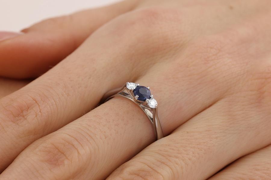 Saphir und Diamant Ring für Dame in 18kt Weißgold mit einem runden Saphir und 2 runden Brillanten in Krappenfassung-img1