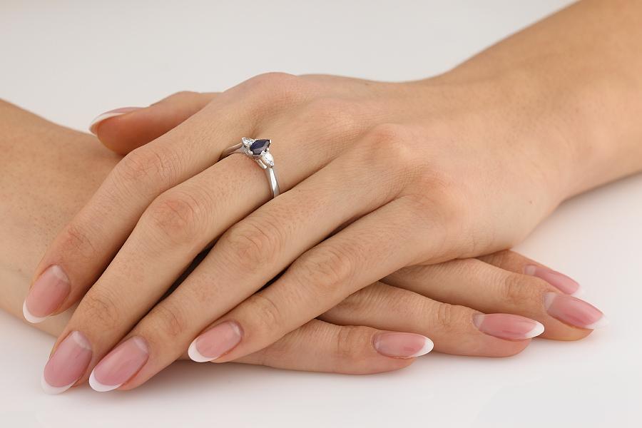 Saphir und Diamant Ring für Dame in 18kt Weißgold mit Marquise Schliff Saphir und 2 Tropfen-Schliff Schulterdiamanten-img1