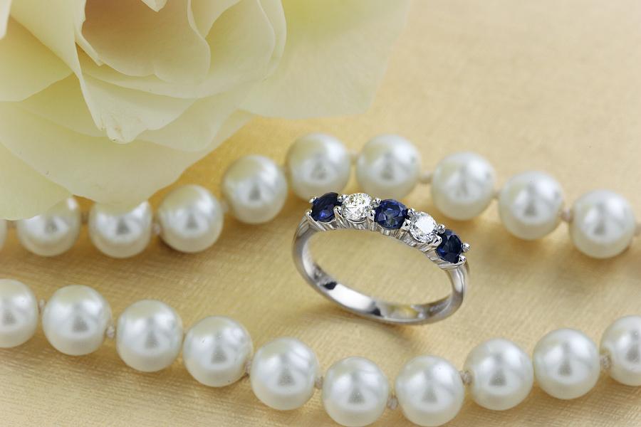 Saphir und Diamant Ring für Dame in 18kt Weißgold mit Saphiren und Brillant Schliff Diamanten in Krappenfassung-img1