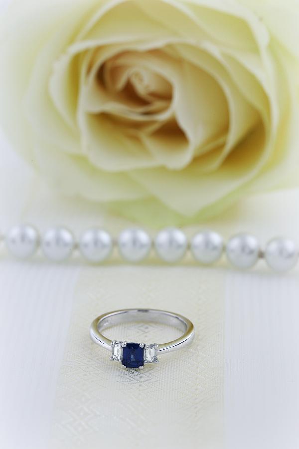 Saphir und Diamant Ring für Dame in 18kt Weißgold mit 2 Smaragd-Schliff Diamanten und einem Smaragd-Schliff Saphir in Krappen-img1