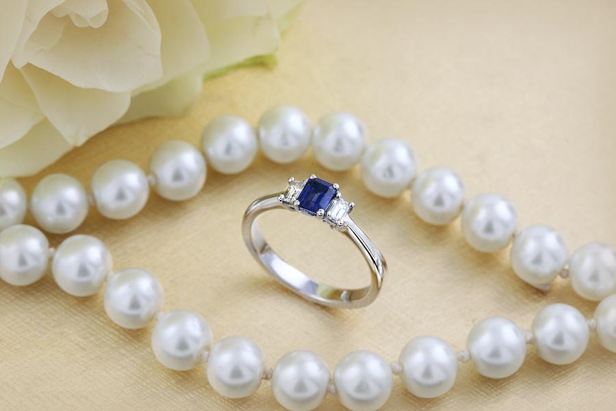 Inel cu Safir si Diamant Dama Aur Alb 18kt cu un Safir Taietura Smarald si 2 Diamante Taietura Smarald in Setare Gheare-img1