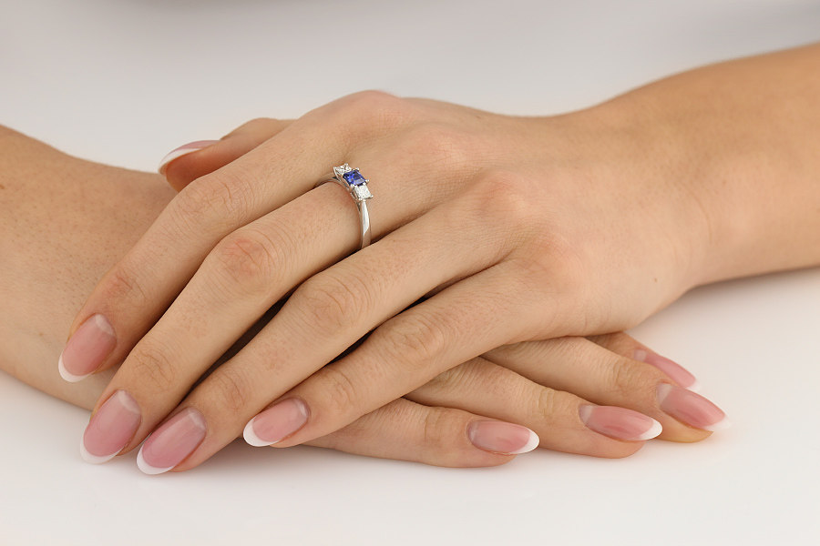 Saphir und Diamant Ring für Dame in 18kt Weißgold mit einem Smaragd-Schliff Saphir und 2 runden Brillantschliff Diamanten-img1