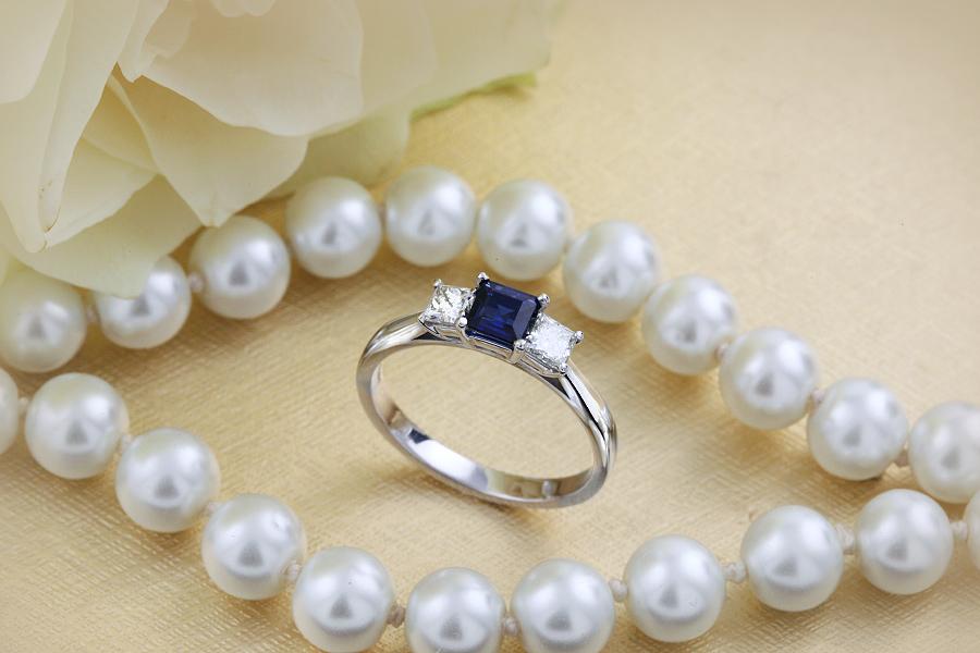 Saphir und Diamant Ring für Dame in 18kt Weißgold mit einem quadratischen Saphir und 2 Princess Schliff Diamanten-img1