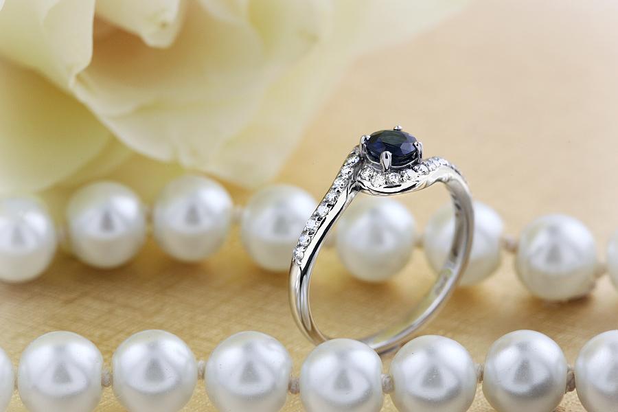 Saphir und Diamant Ring für Dame in 18kt Weißgold mit einem runden Saphir umgeben von runden Brillanten alle in Krappenfassung-img1
