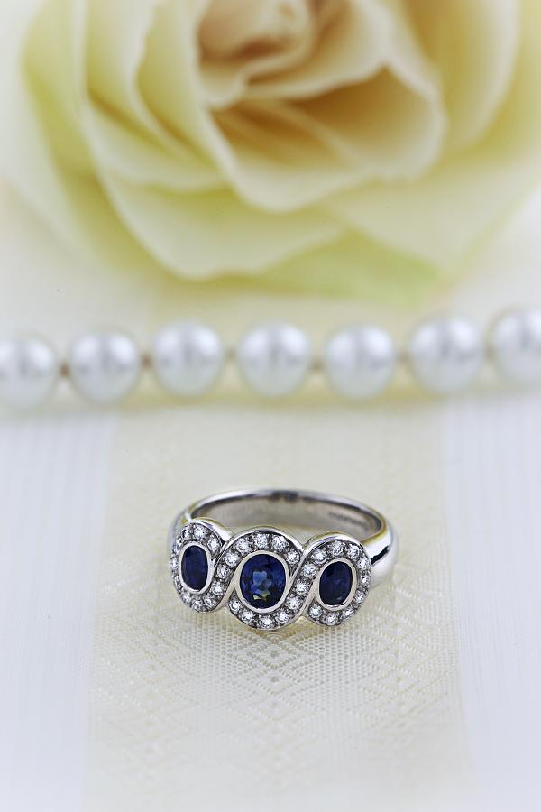 Saphir und Diamant Ring für Dame in 18kt Weißgold mit 3 runden Saphiren in Zargenfassung umgeben von kleinen Brillanten in Krappenfassung-img1