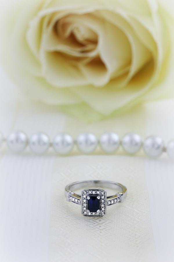 Saphir und Diamant Ring für Dame in 18kt Weißgold mit einem Smaragd Schliff Saphir in der Mitte und runden Brillanten-img1