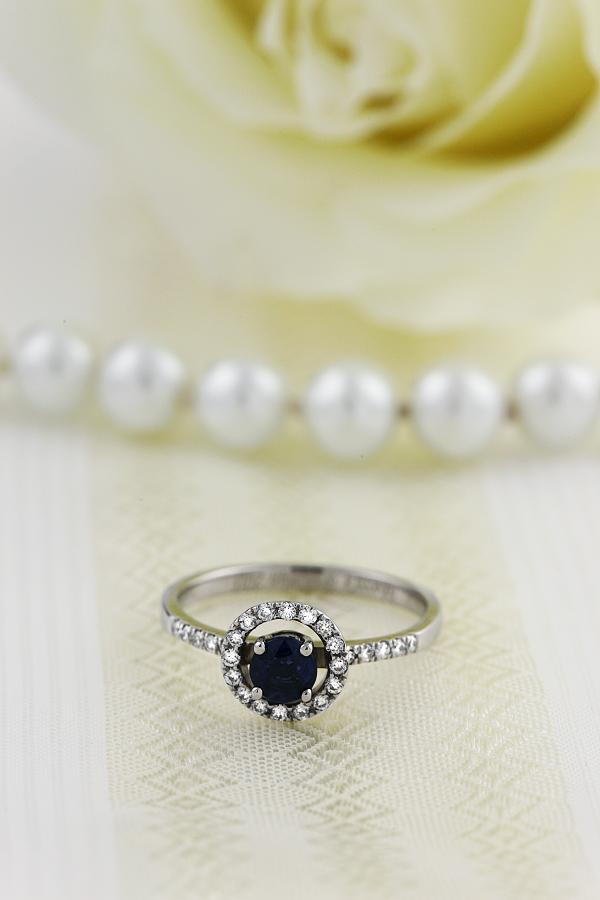 Saphir und Diamant Ring für Dame in 18kt Weißgold mit einem runden Saphir in der Mitte umgeben von runden Brillant Schliff Diamanten, Halo-Stil-img1
