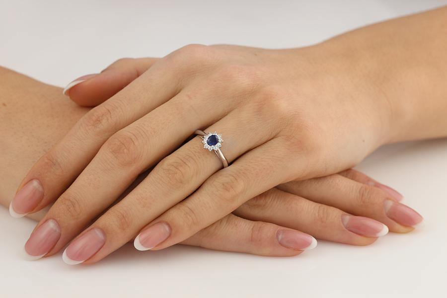 Inel cu Safir si Diamant Dama Aur Alb 18kt cu un Safir Oval si Diamante Mici Rotund Briliant Imprejur-img1