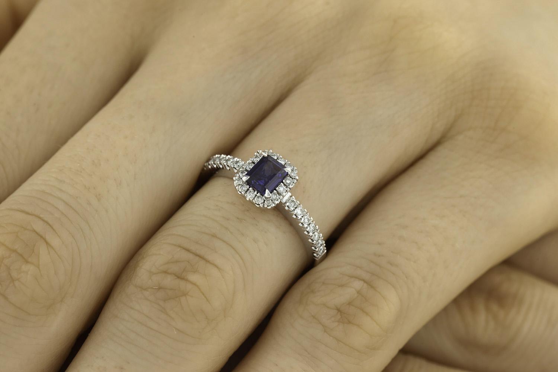 Inel cu Safir si Diamant Dama Aur Alb 18kt cu un Safir Taietura Smarald si Diamante Rotund Briliant Imprejur si pe Margini-img1