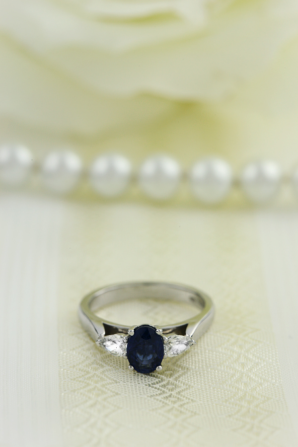 Sapphire and Diamond Ring for Women in 18ct white gold with an oval cut sapphire and a pear-shaped diamond on either side, all in a claw setting-img1