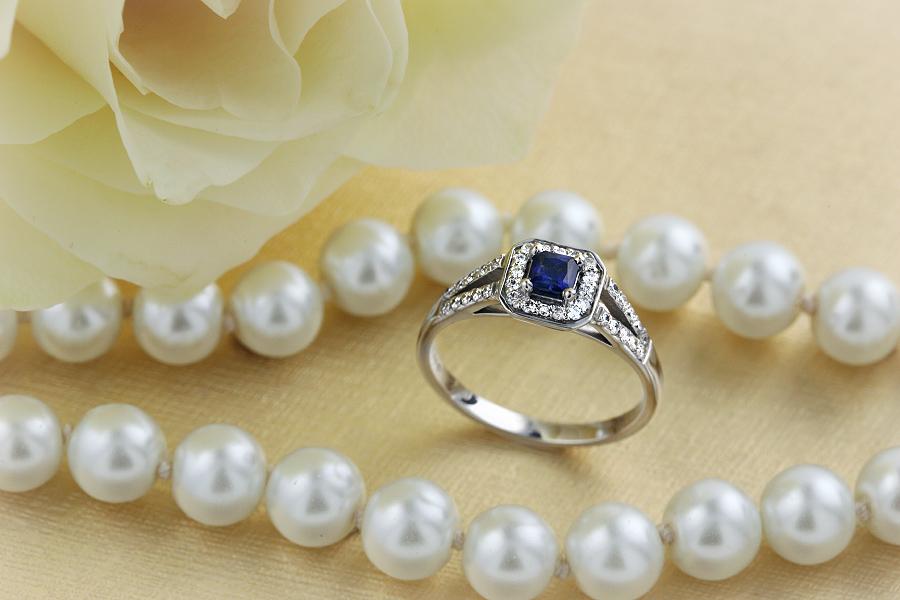 Inel cu Safir si Diamant Dama Aur Alb 18kt cu un Safir in Forma Patrata si Diamante Mici Rotund Briliant Imprejur si pe Margini-img1