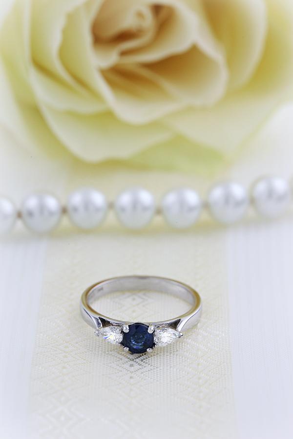 Saphir und Diamant Ring für Dame in 18kt Weißgold mit einem runden Saphir und 2 Tropfen-Schliff Diamanten in Krappenfassung-img1