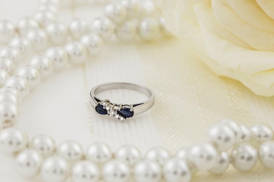 Inel cu Safir si Diamant Dama Aur Alb 18kt cu 2 Safire Forma Para si 5 Diamante Rotunde-img1