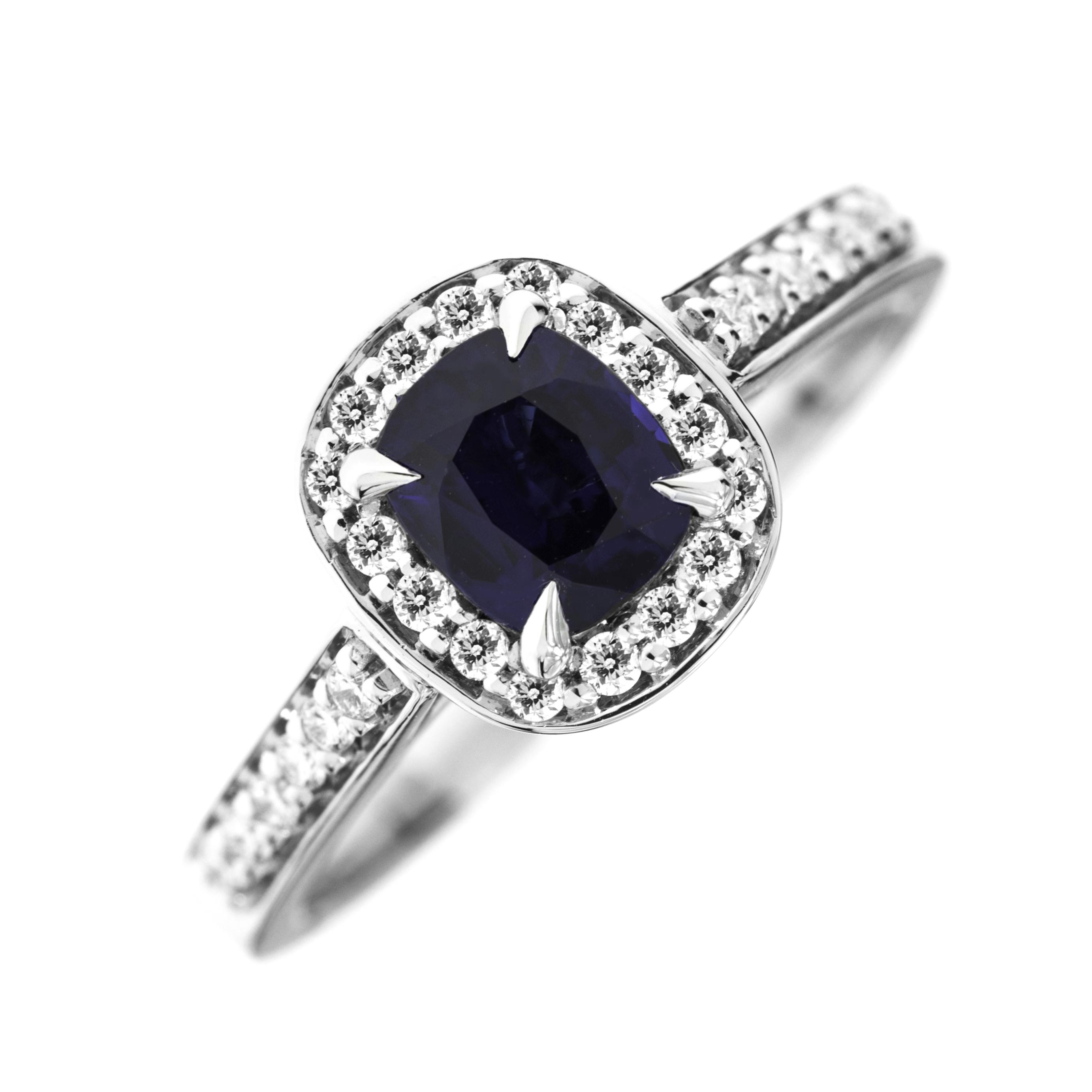 RDS743W-Inel cu Safir si Diamant Dama Aur Alb 18kt cu un Safir Cushion Cut si Diamante Rotund Briliant Imprejur si pe Margini-img1