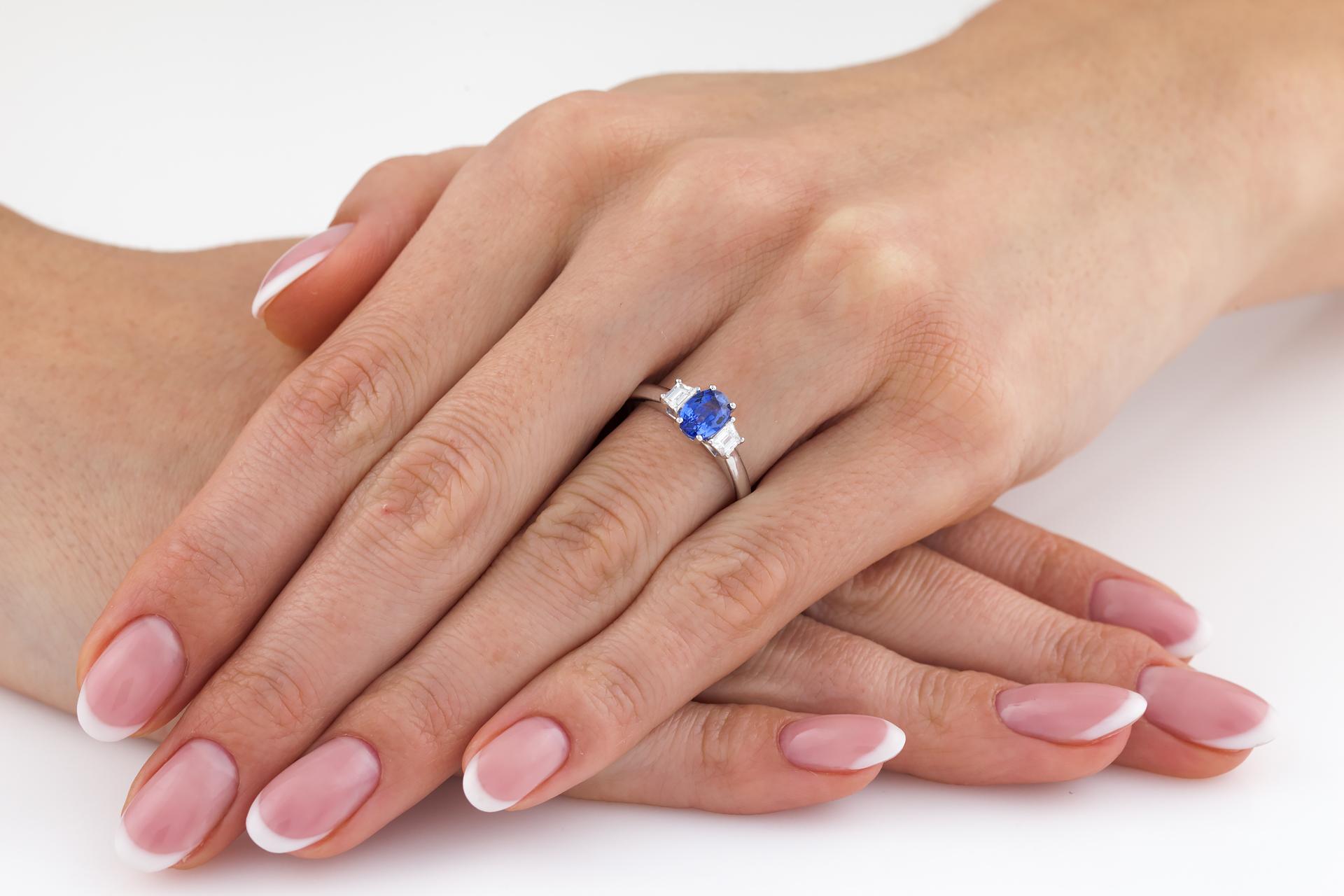 RDS714W-Inel de Logodna cu un Safir si 2 Diamante Dama Aur Alb 18kt cu un Safir Central Forma Ovala si Doua Diamante in Forma de Trapez-img1