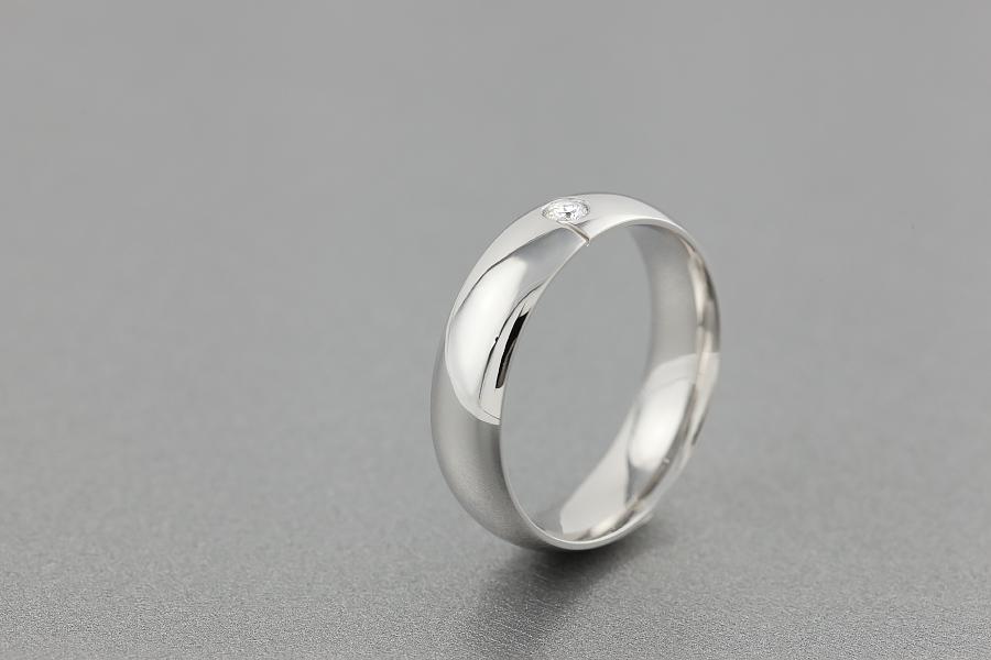 Verigheta cu Diamant Barbat Aur Alb 18kt cu un Diamant Rotund Briliant Profil Bombat-img1