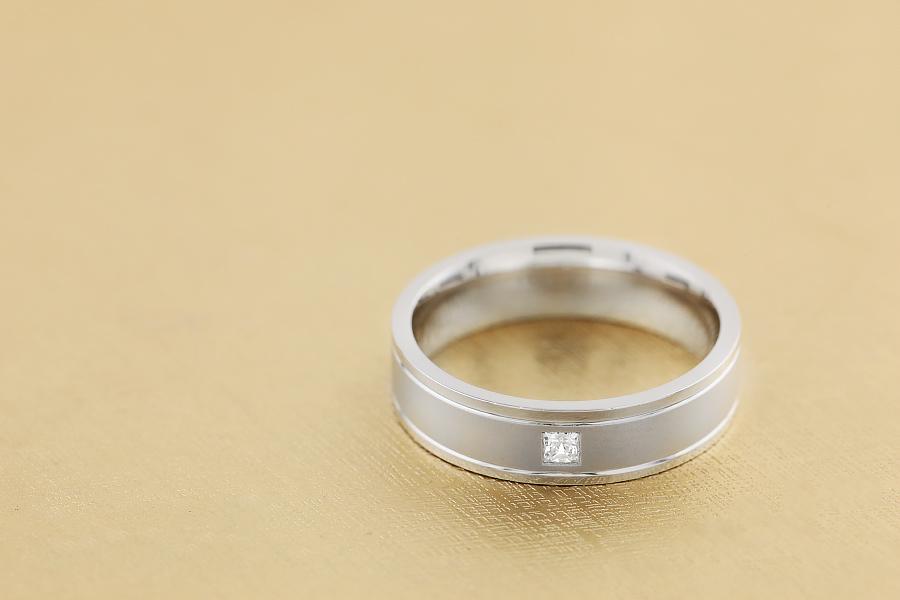 Ehering mit Diamanten für Mann in 18kt Weißgold mit Princess Schliff Diamanten, sandgestrahlt mit polierten Kanten, außen flach/innen bombiert-img1