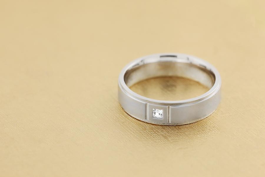 Diamantring/Ehering mit Diamanten für Mann in 18kt Weißgold mit einem Princess Schliff Diamanten und sandgestrahlter Mitte, Breite 6mm-img1