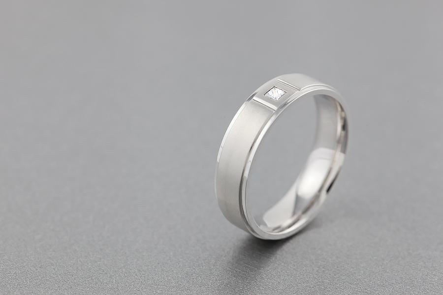 Verigheta/Inel cu Diamant Barbat Aur Alb 18kt cu Diamant Princess si Centrul Mat Sablat, Latime 6mm-img1