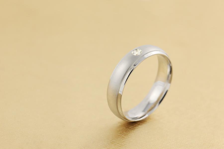 Ehering mit Diamanten für Mann in 18kt Weißgold mit einem Brillantschliff Diamanten, bombiert, 6mm breit-img1