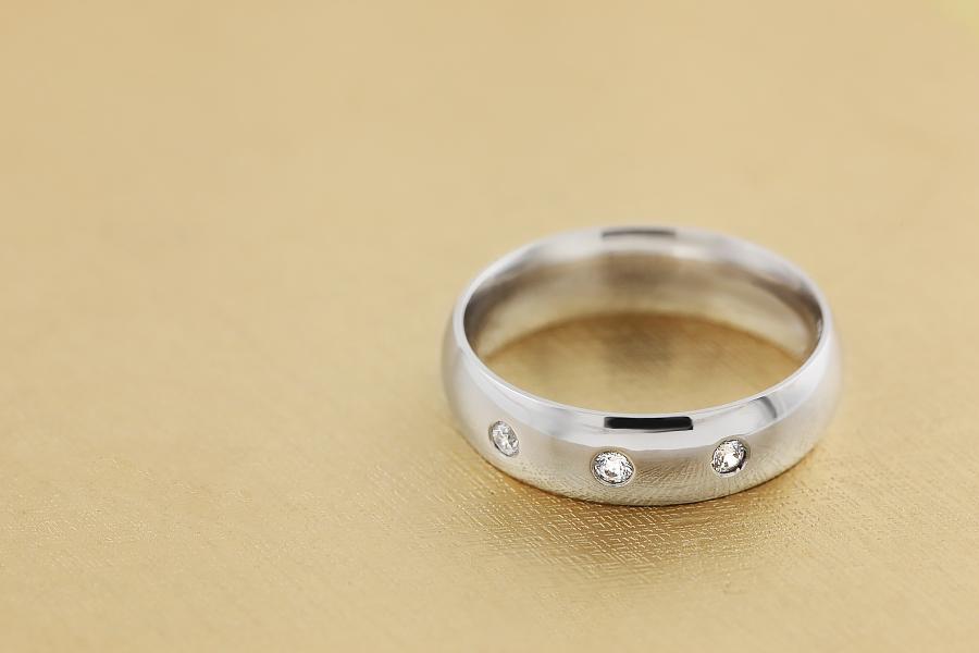Diamantring/Ehering mit Diamanten für Mann in 18kt Weißgold mit drei runden Brillanten, bombiertes Profil, 6mm breit-img1