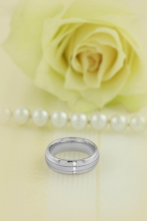 Diamantring/Ehering mit Diamanten für Mann in 18kt Weißgold mit 3 runden Brillant Schliff Diamanten, 6mm breit, bombiert-img1