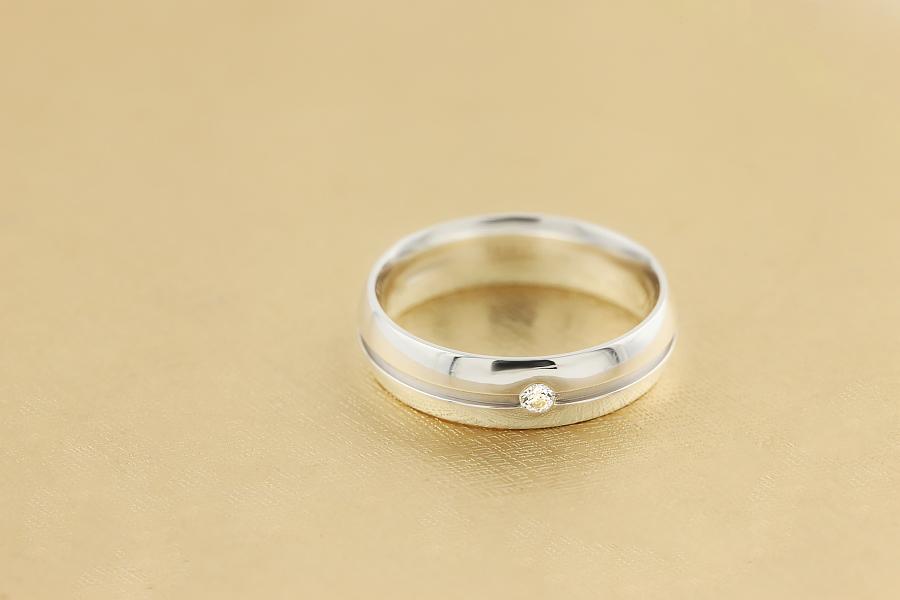 Diamantring/Ehering mit Diamanten für Mann in 18kt Weißgold mit einem runden Brillanten in einem zentralen Kanal, 6mm breit-img1