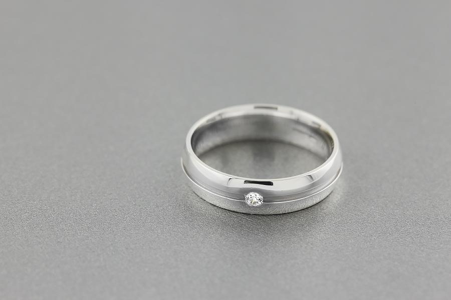 Verigheta/Inel cu Diamant Barbat Aur Alb 18kt cu un Diamant Rotund Briliant in Setare Canal, Profil Rotunjit, Latime 6mm-img1