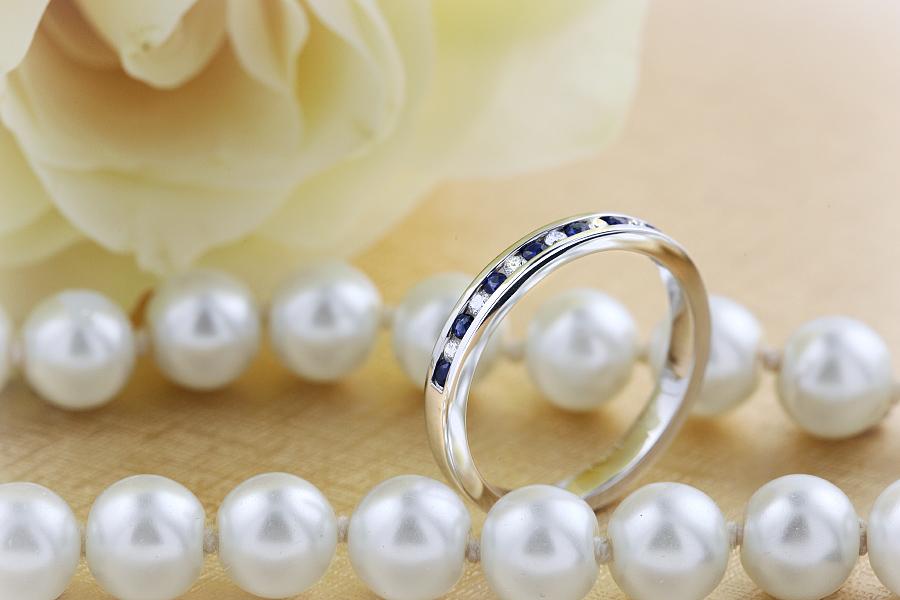 saphir und diamant ring fuer dame in 9kt weissgold mit 8 runden saphiren und 7 runden brillanten. Black Bedroom Furniture Sets. Home Design Ideas