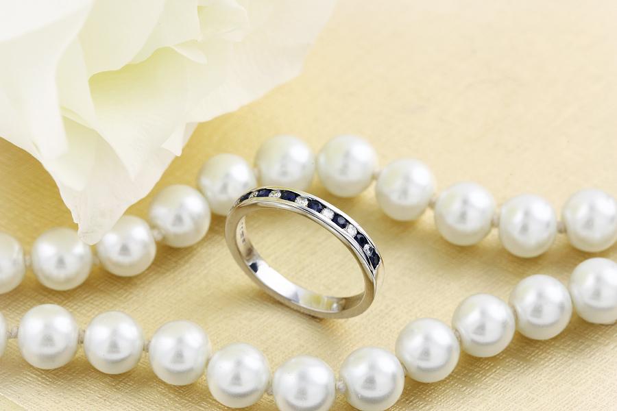 Saphir und Diamant Ring für Dame in 18kt Weißgold mit 8 runden Saphiren und 7 runden Brillanten in Kanalfassung, Breite 2.9mm-img1